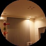 【WEB内覧会23】シンプルモダンなリビング(後編)〜高さを強調するバーチカルブラインド。すっきりダウンライト。