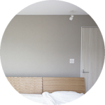 【WEB内覧会32】シンプル&リラックスを重視した主寝室(1/5)〜カラーリングのバランスを考えたクロスとカーテン・ロールスクリーン