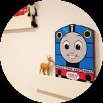 【WEB内覧会プラスvol.7】シンプルなボックス階段を無印良品の壁に付けられる家具でDIY!!子供も大喜びのディスプレイスペースに。(後編)