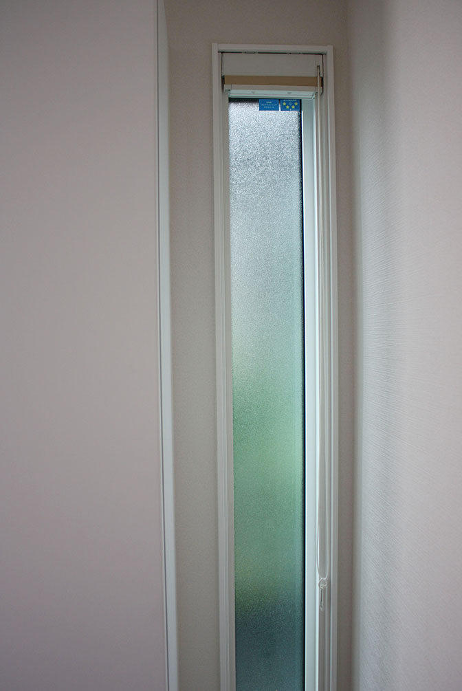 シューズウォール横の窓