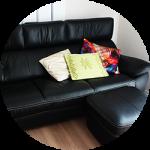 【WEB内覧会22】シンプルモダンなリビング(中編)〜ブラックソファ&白いサイドテーブル。アクセントのクッションと小物。